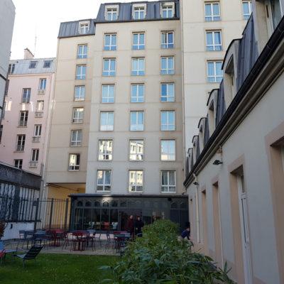 Pátio e edifício principal com demais quartos