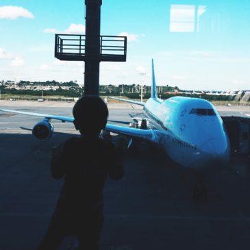 Viagem de avião com bebê e criança: pequeno guia de sobrevivência